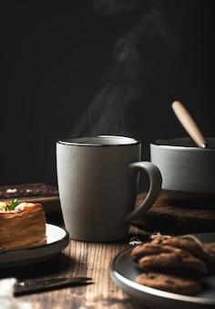 朝食とテーブルでティーカップ