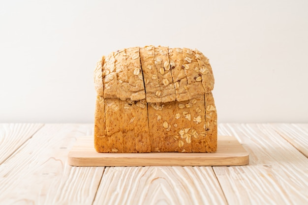 Нарезанный цельнозерновой хлеб
