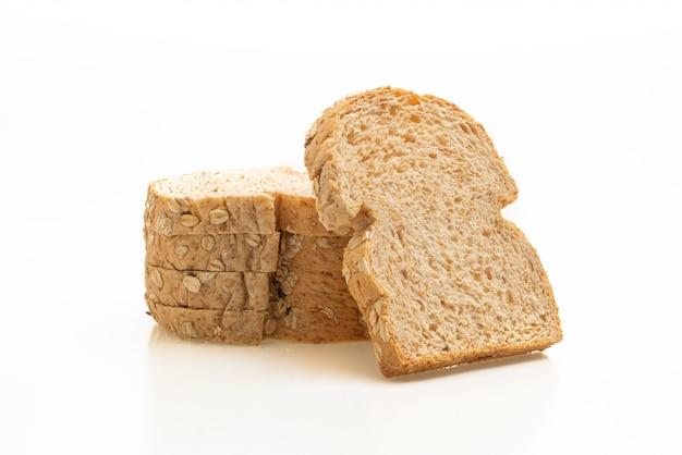Нарезанный цельнозерновой хлеб на белом