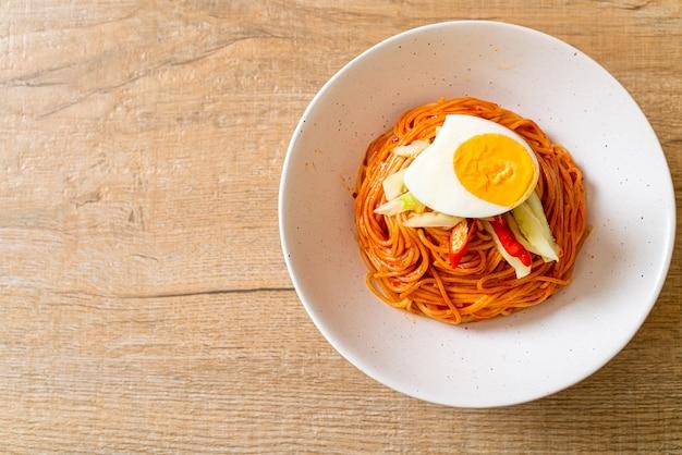 Корейская холодная лапша с яйцом