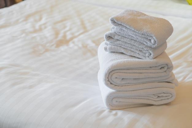 Белое полотенце сложить на кровать