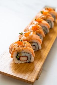 Жареный лосось на гриле с соусом