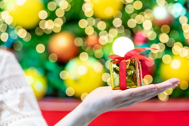 明るい背景のボケ味のクリスマスのギフト