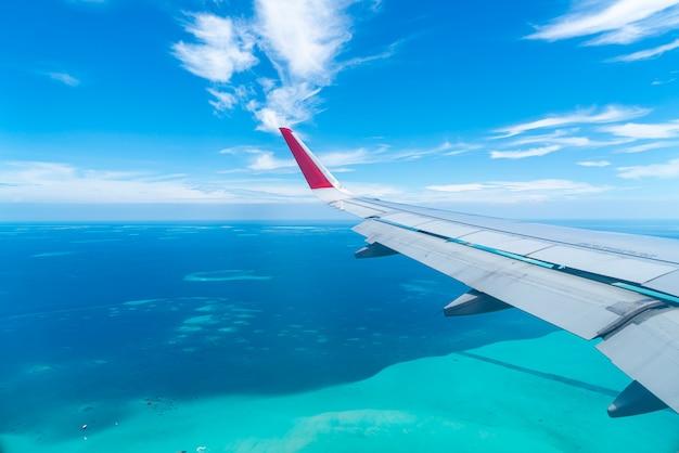 飛行機の窓からモルディブ諸島のトップビュー