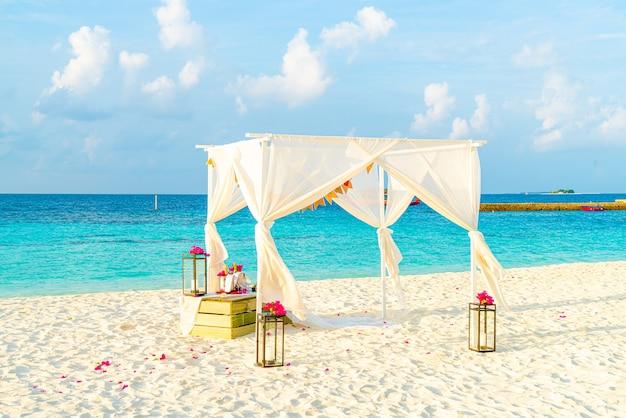 Свадебная арка на пляже с тропическим курортом мальдив и морем
