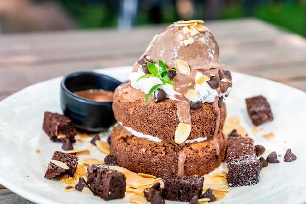 チョコレートアイスクリームとブラウニーとチョコレートのパンケーキ