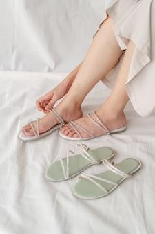 Модные женские туфли или сандалии