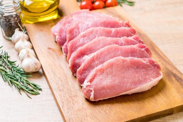新鮮な豚肉生のフィレ