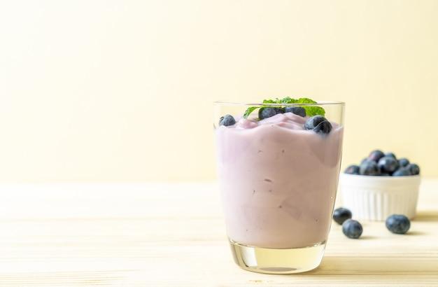Йогурт со свежей черникой