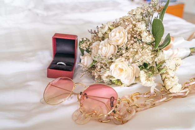 サングラスとリングと花の花束