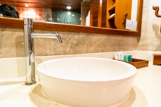 Украшение крана и раковины в ванной