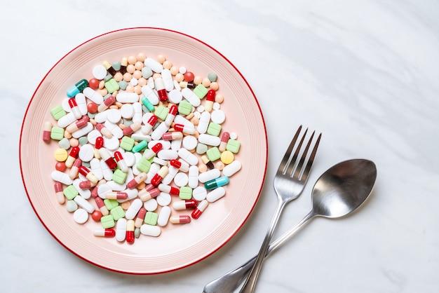 Таблетки, лекарства, аптека, лекарства или лекарства на тарелке