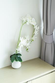 Белая орхидея в вазе украшения в комнате