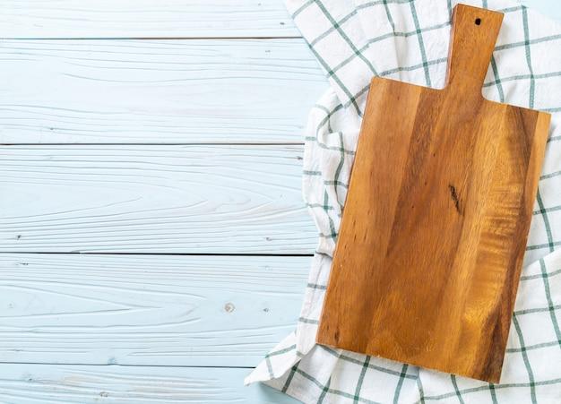 キッチンクロスで空の切削木の板