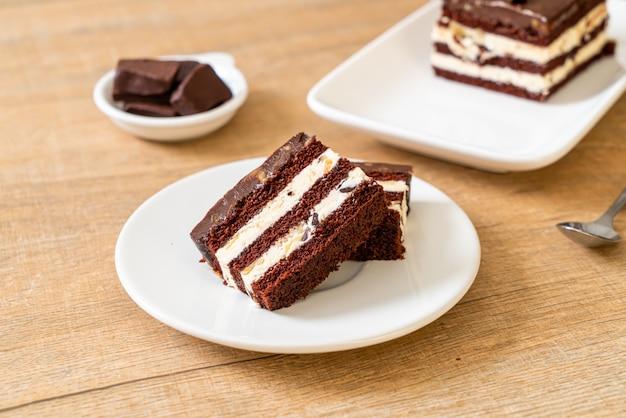 Вкусный шоколадный торт с миндалем