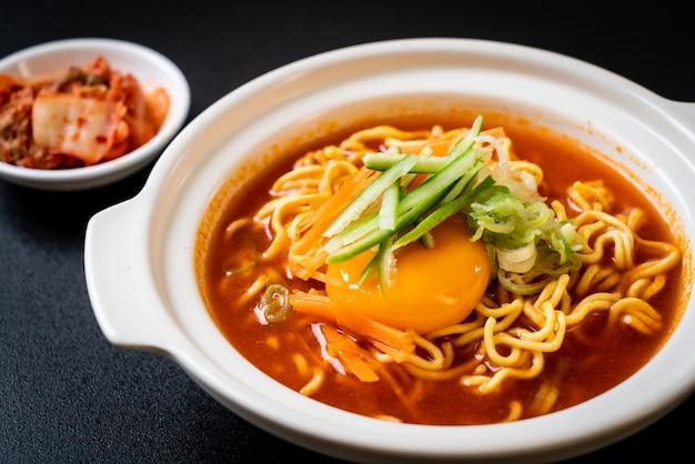 Лапша быстрого приготовления по-корейски с яйцом, овощами и кимчи