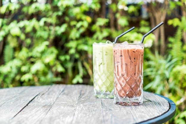 テーブルの上のアイスチョコレートと抹茶グリーンティーグラス