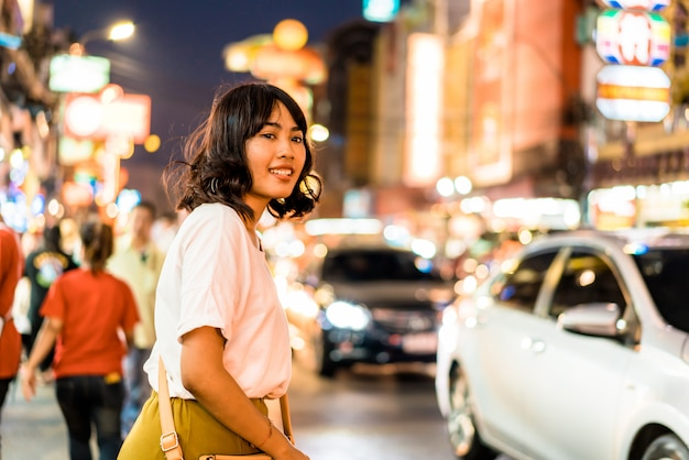 バンコクのチャイナタウンで若いアジア女性