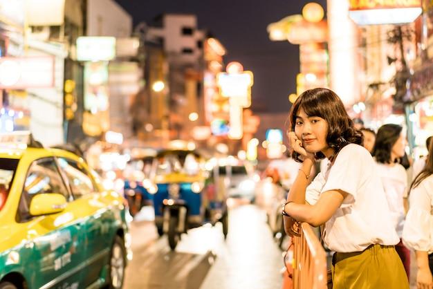 Молодая азиатская женщина в китайском квартале в бангкоке