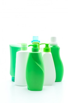 Бутылка шампуня или кондиционера для волос на белом фоне