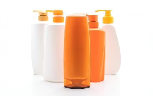 白い背景の上のシャンプーやヘアコンディショナーボトル