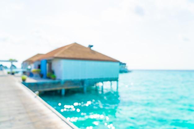 抽象的なぼかしの背景に熱帯のビーチとモルディブの海