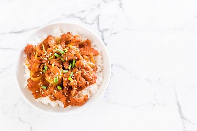 Жареная свинина с острым корейским соусом (булгоги) на верхушке риса