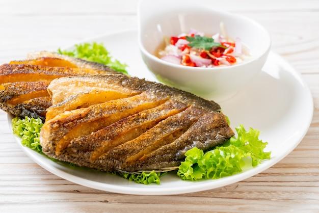スパイシーなサラダとシャキッとしたグーラミの魚