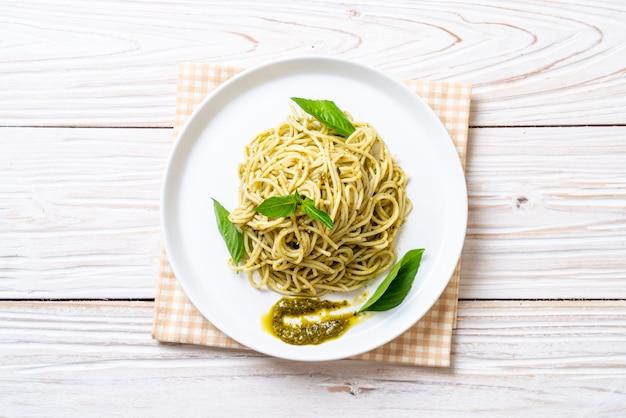 Спагетти с соусом песто, оливковым маслом и листьями базилика.