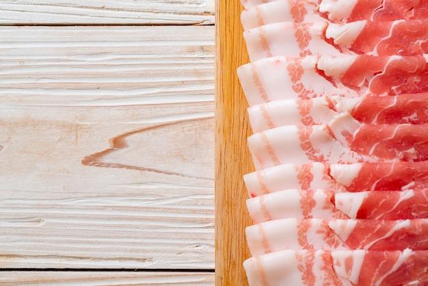 スライスした新鮮な豚バラ肉