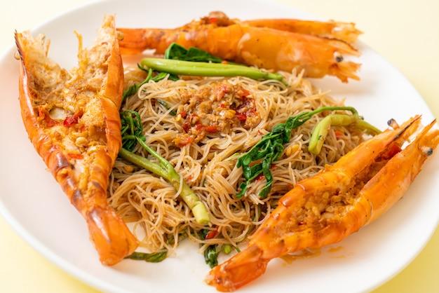 Жареная рисовая вермишель с речными креветками