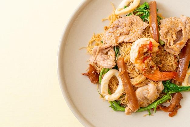 Жареная рисовая вермишель с мясом микс