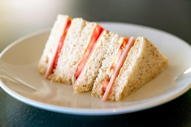 Сэндвич с ветчиной и помидорами