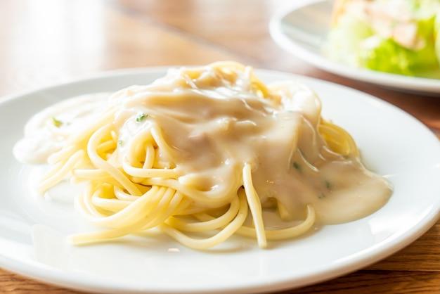 Спагетти с белым сливочным соусом