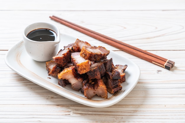 Жареная полосатая свинина или хрустящая свинина или свиная грудинка во фритюре