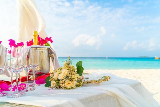 花の花束とガラスと結婚式のアーチのシャンパン