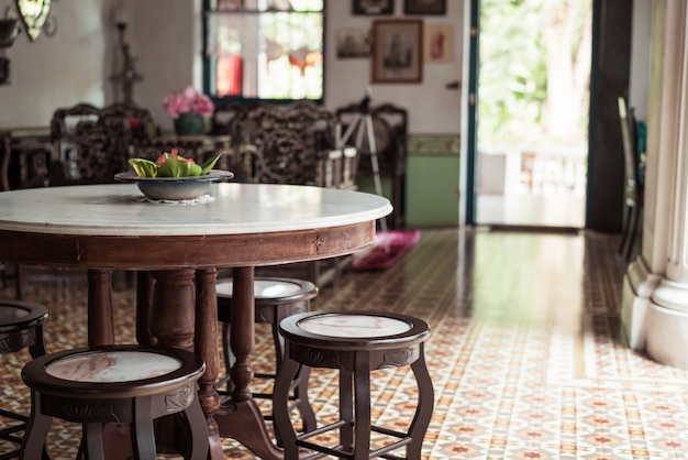部屋に空の古いものとヴィンテージのテーブルと椅子の装飾