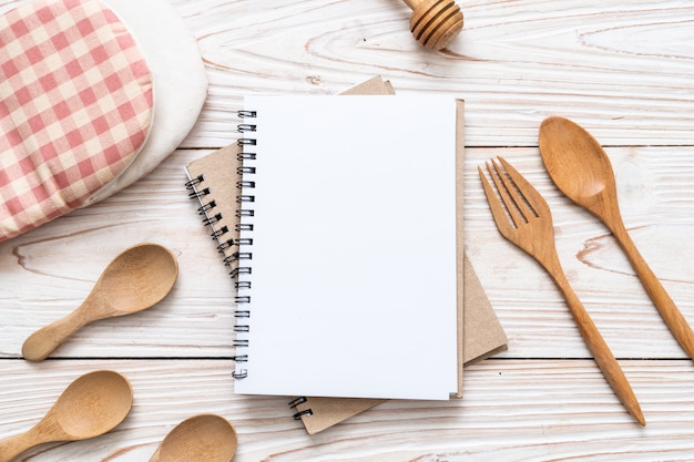 Пустой блокнот для текстовой заметки на деревянной поверхности