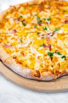 Гавайская пицца на деревянном подносе