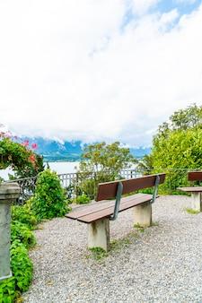 スイスのトゥーン湖の背景を持つベンチ