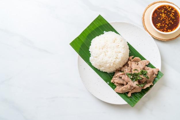 Рис с жареной свининой и чесноком