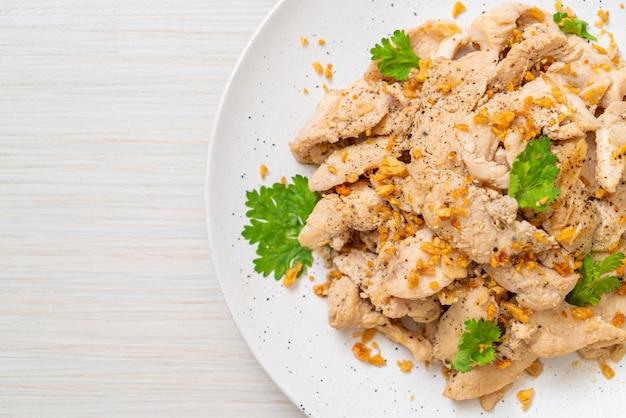 Жареная курица с чесноком и перцем