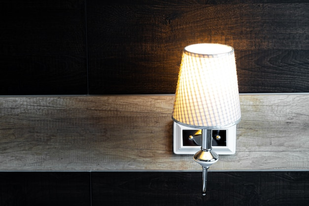 寝室の輝くランプ
