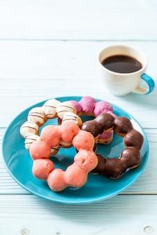 Пончики с черным кофе