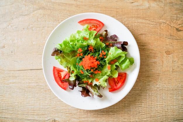 Овощной салат с японскими водорослями и креветками, здоровая и вегетарианская еда