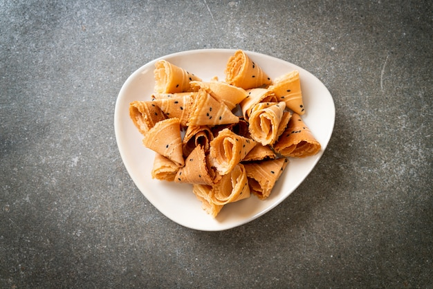 テーブルの上のシャキッとしたココナッツロール(アジアのおやつ)