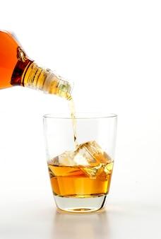 ウィスキーを注ぐ