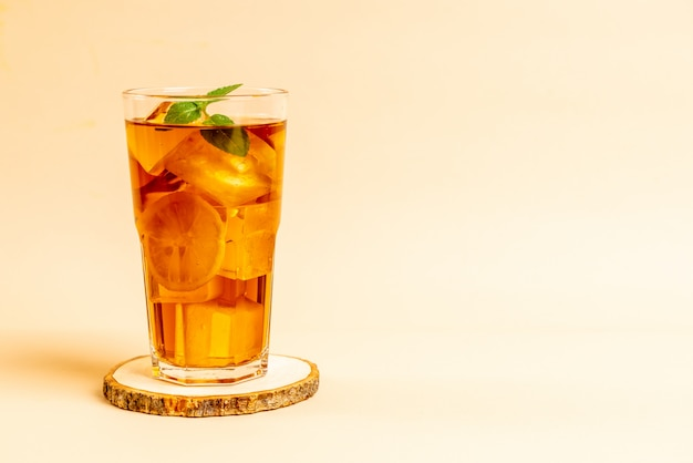 Стакан ледяной лимонный чай с мятой