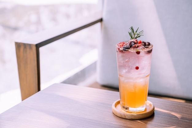 Персиково-ягодный стакан в кафе-ресторане