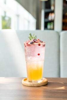 カフェレストランの桃とベリーのソーダガラス